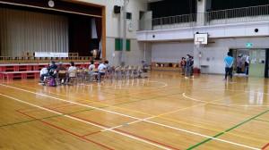 小学校の体育館を借りて行いました。これから開始です。