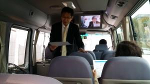 バスでの移動車内で今日1日の説明をうけています。