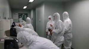入室前のクリーンエリア更衣、殺菌・消毒