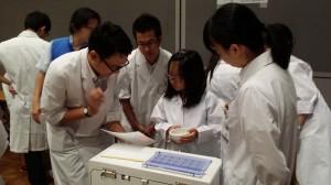お子様を中心に薬学生たちもがんばっています