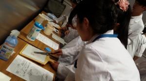 軟膏板、軟膏ヘラを使って軟膏を混ぜています