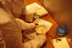 散剤(粉薬)を乳棒、乳鉢を使って混ぜています