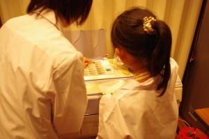 分包機の使い方薬学生が子供に丁寧に教えてます